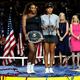 全米オープンテニス、女子シングルス決勝。表彰式に臨む大坂なおみ(右)とセレーナ・ウィリアムス(2018年9月8日撮影、資料写真)。(c)Julian Finney/Getty Images/AFP