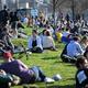 英首都ロンドン東部ハックニーウィックの芝生で日光浴をする人々(2021年2月27日撮影、資料写真)。(c)DANIEL LEAL-OLIVAS / AFP