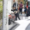 バイクでマンションに帰宅する入江慎也。吉本を契約解除になって