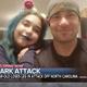 決死の救出!米国人男性が、娘を襲うサメを叩いて追い払う