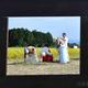 ミレーの「落穂拾い」を模したかかしを手直しする森中さん。周囲の景色を背景に生かしている(奈良県安堵町で)