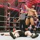 マッキンタイアはレスナー(下)を下して歓喜のWWE王座奪取(C)2020 WWE, Inc. All Rights Reserved.