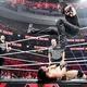 ドリュー・マッキンタイア(下)にギロチン弾を放つジ・アンダーテイカー。左後方はローマン・レインズ(C)2019 WWE, Inc. All Rights Reserved.