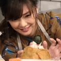 写真は、倉科カナ。飾りつけは「趣味の写経に似ているから、熱中