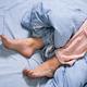 眠るときに脚を動かさないと落ち着かない人や、睡眠時に足をこすり合わせる癖がある人は、むずむず脚症候群の可能性があります。該当する症状についてセルフチェックしてみましょう。