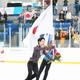 <オータムクラシック第3日・男子フリー>表彰式で国旗を手にリンクを回る羽生結弦(左)=撮影・小海途 良幹