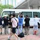 香港の裁判所に到着する、「蘋果日報」の幹部2人が乗っているとみられる車両(2021年6月19日撮影)。(c)Peter PARKS / AFP