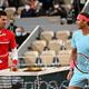 全仏オープンテニス、男子シングルス決勝で顔を合わせたラファエル・ナダル(右)とノバク・ジョコビッチ(2020年10月11日撮影)。(c)Anne-Christine POUJOULAT / AFP