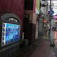 クラスターが発生した店舗が入る天文館地区の飲食店ビル(左)=鹿児島市で2020年7月5日午後6時38分、菅野蘭撮影