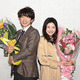 火曜ドラマ「わたし、定時で帰ります。」がクランクアップ。花束を受け取る吉高由里子とユースケ・サンタマリア(C)TBS