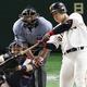 8回巨人一死一、二塁、岡本が右中間に2打席連続本塁打となる同点3ランを放つ。捕手中村=東京ドーム(C)Kyodo News