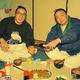 弟・寺尾(左)にビールを注ぐ逆鉾(1989年1月)