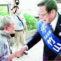 (写真)市民と握手する竹山おさみ市長候補=10日、堺市