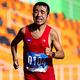 東南アジア競技大会のマラソンでゴールした猫ひろしさん=2019年12月6日午前8時43分、ニュークラーク、野上英文撮影