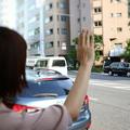 街中で手を挙げるイメージ