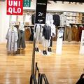 2019年8月6日、ガラガラの「ユニクロ」店舗を見つめる女性。2019