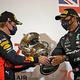 フォーミュラワン(F1、F1世界選手権)に参戦するレッドブルのマックス・フェルスタッペン(左)とメルセデスAMGのルイス・ハミルトン(2020年11月29日撮影)。(c)Bryn Lennon / POOL / AFP