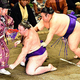 栃ノ心(左)を送り倒しで破った貴景勝(18日)=清水健司撮影