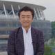 建設中の新国立競技場をバックに笑顔を見せる桑田佳祐