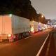 荷待ちのため、深夜に長蛇の列を作るトラック
