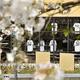 甲子園球場のグッズショップで売られている矢野監督のユニホーム(下段左から2番目)。満開の桜との対比が寂しい…