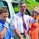 (写真)穀田国対委員長(中央)の応援を受けて第一声を上げる三田村市議候補(左)=18日、盛岡市