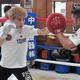 練習を公開し、軽快な動きを見せた田中恒成(左)