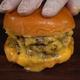 肉とチーズを油に浸して無理やりジューシーに! 100年以上前に存在したチーズバーガーの幻のレシピを再現した動画がヤバすぎる