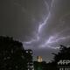 インドの首都ニューデリーで発生した雷(2018年5月2日撮影)。(c)PRAKASH SINGH / AFP
