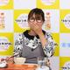 「タカラ本みりんレシピコンテスト2020」記者発表会で、みりんを使った料理を試食するギャル曽根
