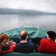 英北部スコットランドのネス湖で、未確認生物ネッシーを探すクルーズツアーに参加する観光客=2018年6月(AFP時事)