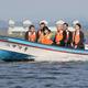宮城県の村井嘉浩知事(左端)の案内で長沼ボート場を視察する東京都の小池百合子知事(左から3人目)=2016年10月、宮城県登米市