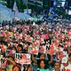 (写真)15日、ソウルで開かれた集会で、ろうそくと「NO安倍」と書いたプラカードを掲げる参加者(栗原千鶴撮影)