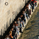 仏パリを流れるセーヌ川の土手に集まる人々(2021年2月28日撮影)。(c)THOMAS COEX / AFP
