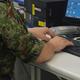 陸上自衛隊通信学校でサイバー攻撃対処の実習に臨む隊員=8月2日、藤田撮影