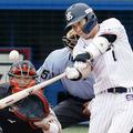 27日の巨人戦で満塁本塁打を放つヤクルトの山田哲(C)共同通信