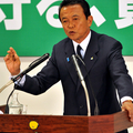 記者団の質問に答える麻生総裁(撮影:山本宏樹)