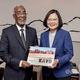 蔡総統(右)を表敬訪問するソマリランドのモハムド外相=2020年2月下旬、台北市、外交部提供
