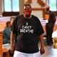 米アトランタで人種差別に抗議するメッセージ「息ができない」がプリントされたTシャツを着る男性(2020年6月22日撮影、資料写真)。(c)Curtis Compton / POOL / AFP