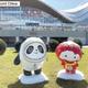 2022年北京冬季オリンピック・パラリンピックのマスコットがこのほど、大会開催地の北京と張家口を結ぶ高速鉄道の駅・延慶駅前の広場と延慶区東関環島を飾るようになりました。