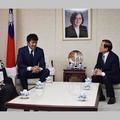 義援金を届けに台北駐日経済文化代表処を訪れる阿部寛(右から2