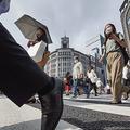 東京・銀座を歩くマスク姿の人たち。都内で新たに400人を超える