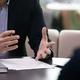 契約の詳細を説明する交渉のビジネスマン