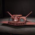 ガンダム講談の魂のステージ、手作りドダイ。本体と同色の机が置