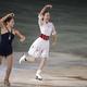 フィギュアスケートのGPシリーズ第3戦の中国杯。 ショートプログラムの2位からフリーで逆転し大会を制した浅田真央と、4位の長洲未来がエキシビションで華麗な演技を披露。同大会で、浅田は日本人最多のGP通算9勝目を挙げた。 (撮影:フォートキシモト)  [2012年11月4日、上海オリエンタル・スポーツ・センター/中国]