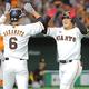 4回1死一塁、右中間へ逆転の2点本塁打を放った岡本和真は一塁走者の坂本勇人(6番)にハイタッチで迎えられる