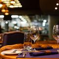 レストランのテーブルにワイングラス