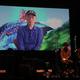 映像でメッセージを送る富野由悠季監督(左)