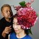 ダリアの花をメインとしたTAKAYAさん(左)の作品。女性の頭から花が生えたよう見える(京都市で)
