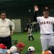 ファンケルキッズベースボールで少年に野球指導をする巨人・原監督(左)と巨人・高橋由伸前監督